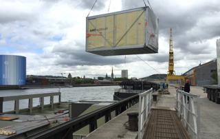 Pose des modules sur les barges