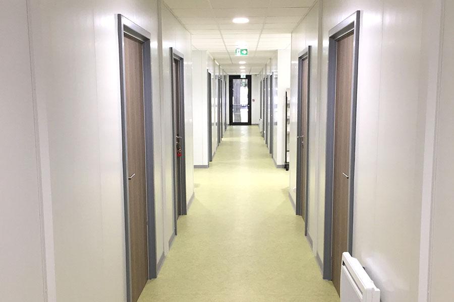 Couloirs de distribution de bureaux administratifs réalisés en modulaire